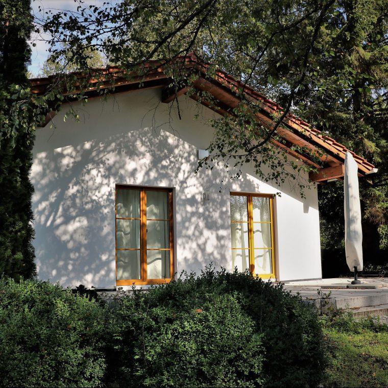 Haus mit schattengebenden Bäumen